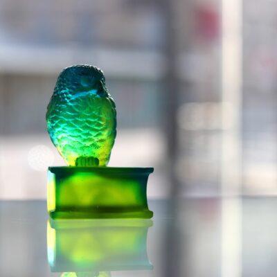 chouette sur livre verte en cristal Daum