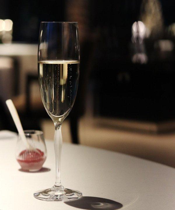 flute-champagne-100-point-Lalique-james-suckling