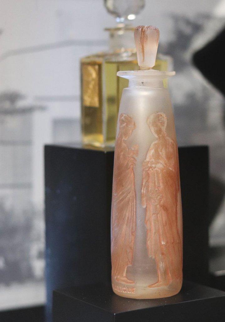Flacon en verre incolore à décor de vestales patine sépia par Rene Lalique et François Coty